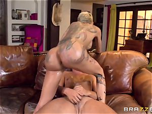 tatted rock hoe Bella Bellz takes massive man rod in her greased arse