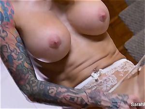 Bangin' red-hot milf Sarah plays with her raw puss