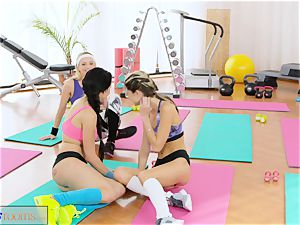 FitnessRooms lezzie 3 way for steamy and sweaty stunners