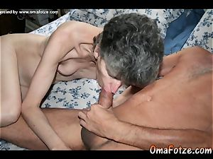 OmaFotzE demonstrating Matures playing with cunts