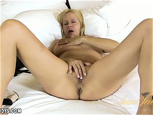 Payton Leigh displays how a real chick caresses one out