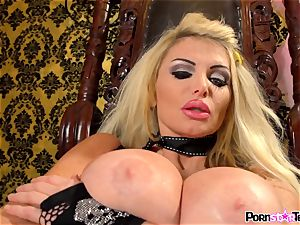 blonde sweetie Taylor Wane plays with her slit